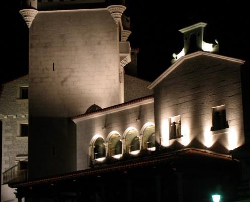 Con Luz Propia-Vista nocturna de la iluminación exterior del Hotel Real de Bohoyo